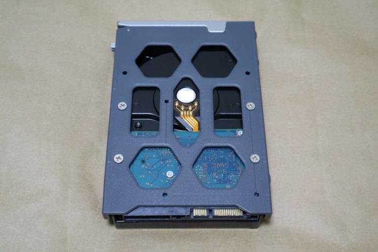 TerraMaster F2-220のドライブベイに3.5インチHDDを取り付けた様子