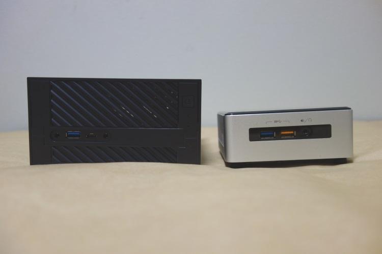 ASRock Desk Mini 110/B/BBとIntel NUCの厚さを比較した様子