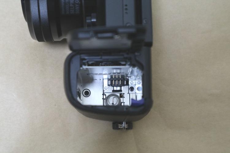 SONY α6000 ILCE-6000L パワーズームレンズキットのバッテリー室