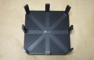 TP-Link Archer C5400(AC5400)の本体上面(アンテナを立てた状態)