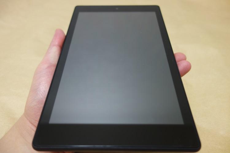 Fire HD 8 タブレット (Newモデル) 16GB、ブラック(2017年モデル)を片手で持った様子