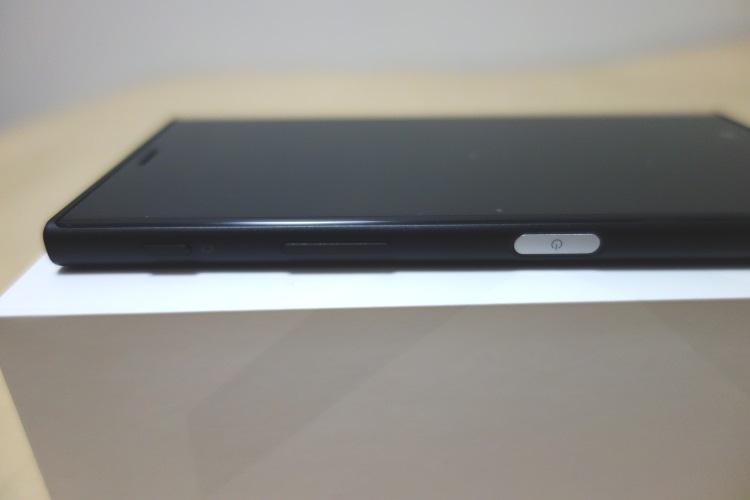 SONY Xperia XZs G8232本体右側面