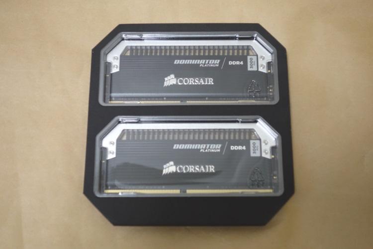 CORSAIR CMD32GX4M2B3000C15のパッケージを取り除いた様子