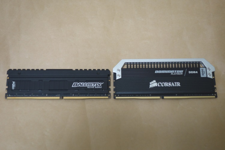 CORSAIR CMD32GX4M2B3000C15とCrucial BALLISTIX ELITE DDR4を並べた様子