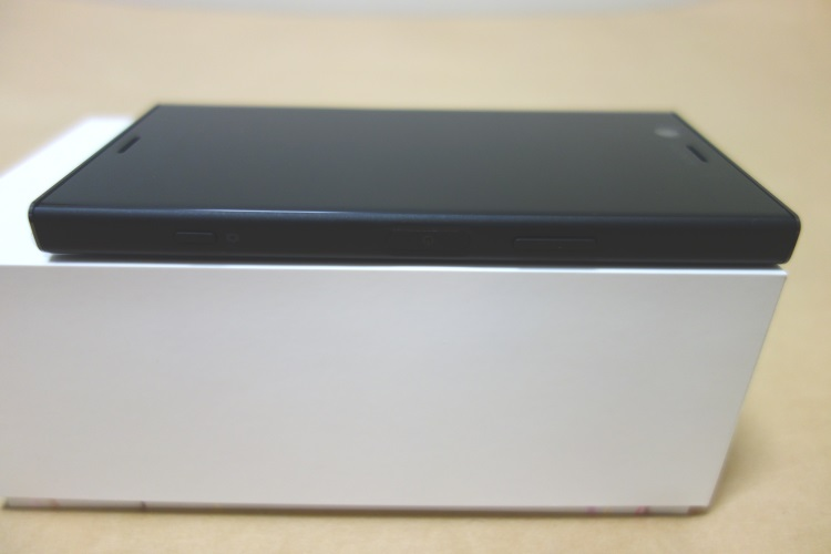 Sony Xperia XZ1 Compact G8441の本体右側面