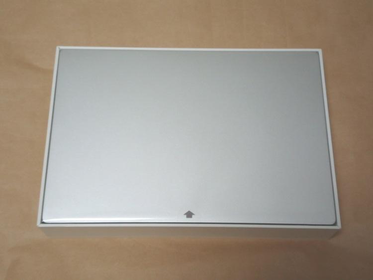 Xiaomi Notebook Air 13.3 指紋認証対応モデルのパッケージを開けた様子