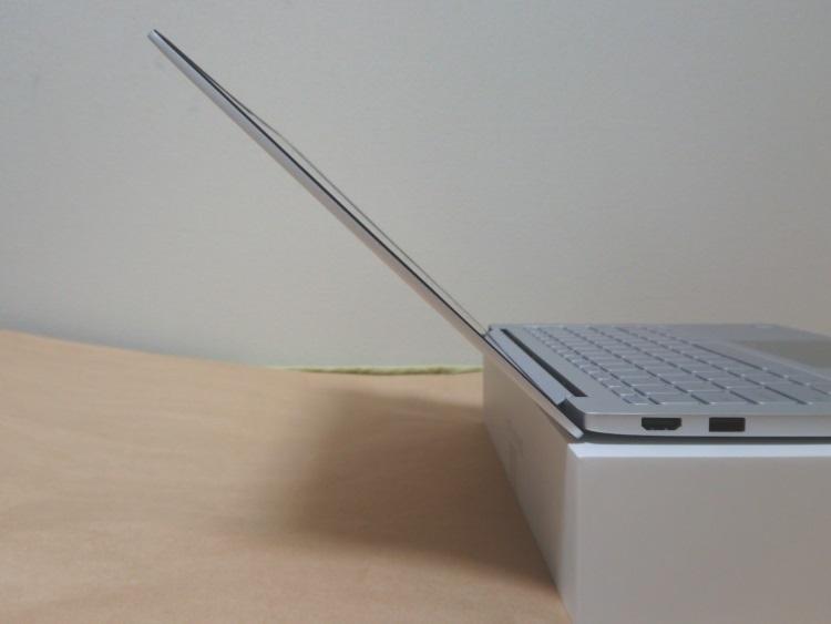 Xiaomi Notebook Air 13.3 指紋認証対応モデルの本体左側面(最大まで開いた様子)