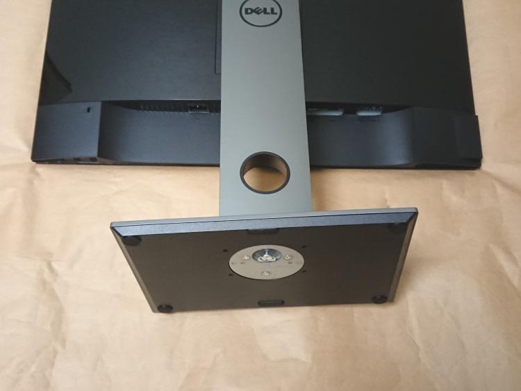 Dell S2716DG本体にスタンドと台座を取り付けた様子