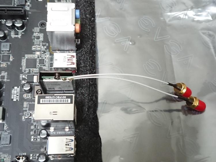 EVGA X299 MicroにIntel Wireless AC 8260NGWとアンテナケーブルを取り付けた様子