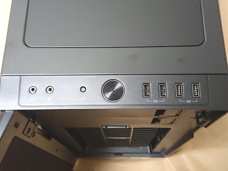Fractal Design Define R5 Titanium GreyのフロントI/Oの様子