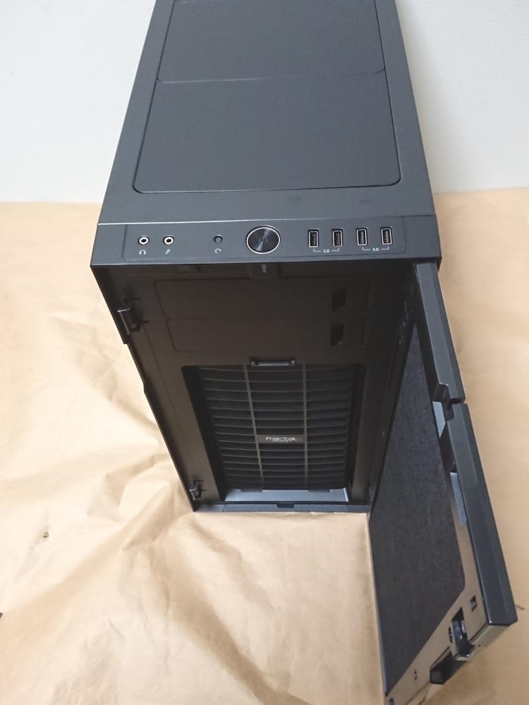 Fractal Design Define R5 Titanium Greyのフロントドアを逆向きに取り付けた様子