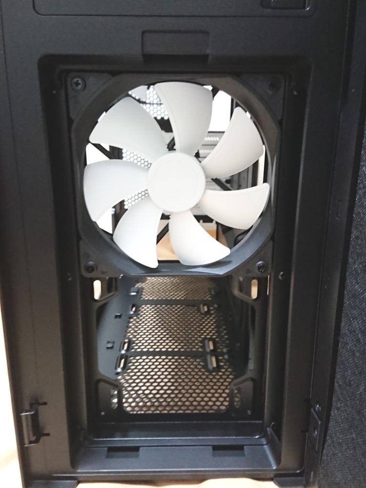 Fractal Design Define R5 Titanium Greyケース前面のダストフィルターを取り外した様子