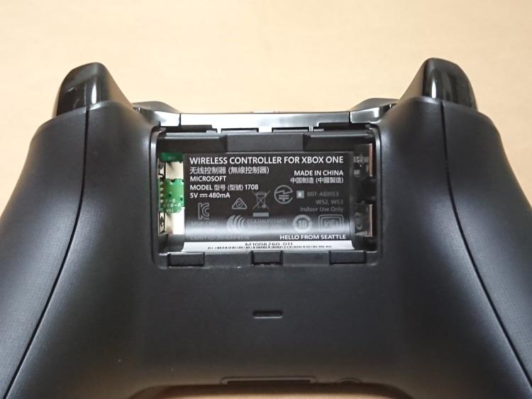 Xbox ワイヤレス コントローラー本体裏面の電池フタを外した様子
