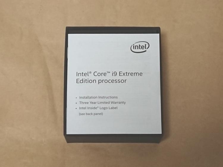 Intel Core i9-7980XEのパッケージを開けた様子