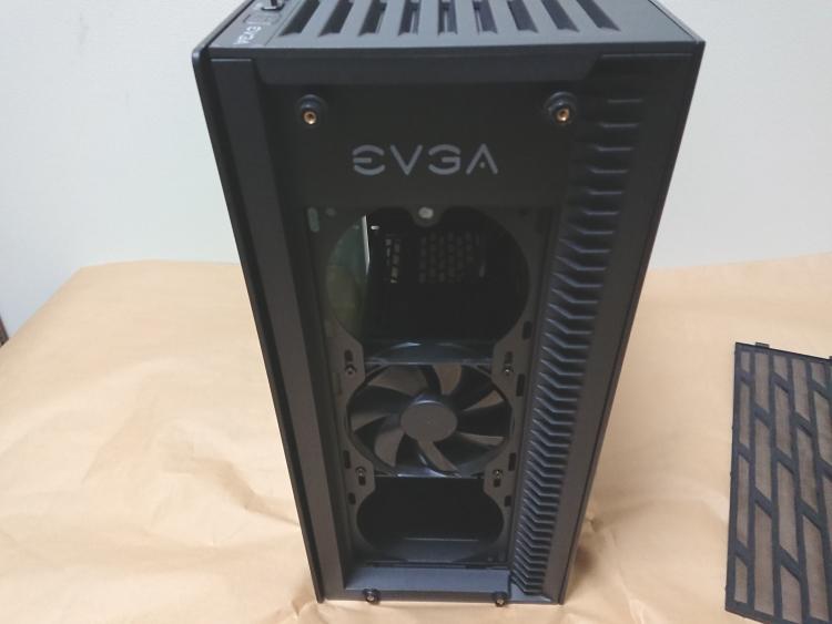 EVGA DG-75本体前面のダストフィルターを取り外した様子