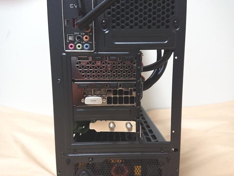 EVGA DG-75にPCパーツを組み込んだ様子(背面)