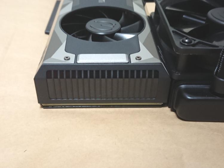 EVGA GeForce GTX 1080 Ti SC2 HYBRID本体(末端側)