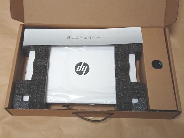 HP x360 11-ab051TUのパッケージを開いた様子