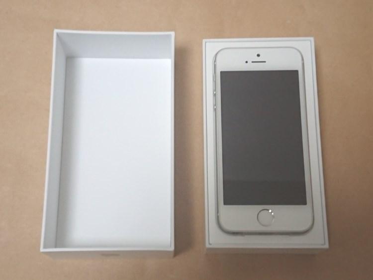 Apple iPhone SE 2017のパッケージを開けた様子