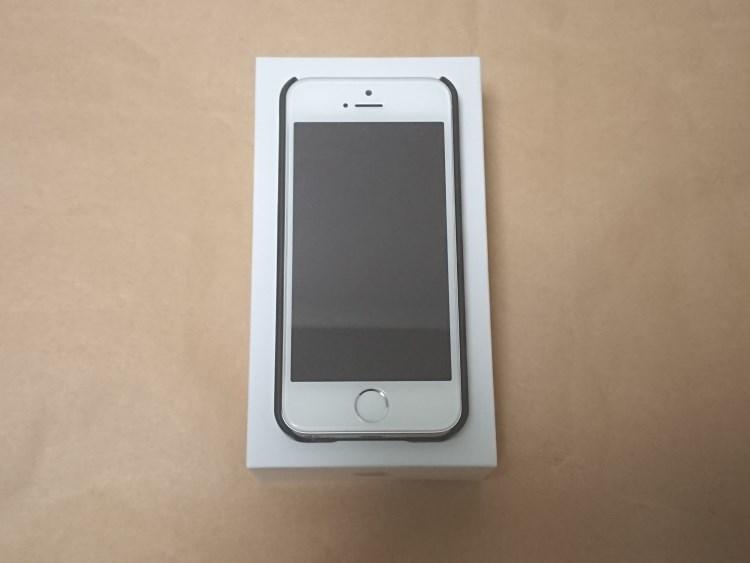 Apple iPhone SE 2017にケースを取り付けた様子(正面)