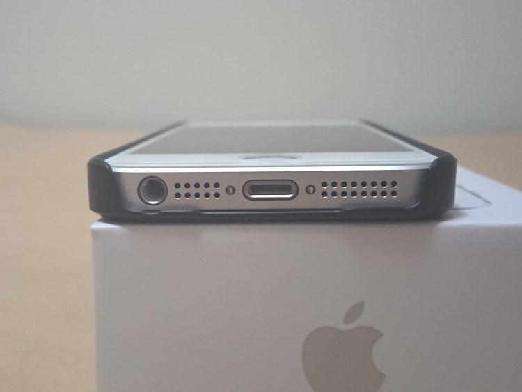 Apple iPhone SE 2017にケースを取り付けた様子(下部)