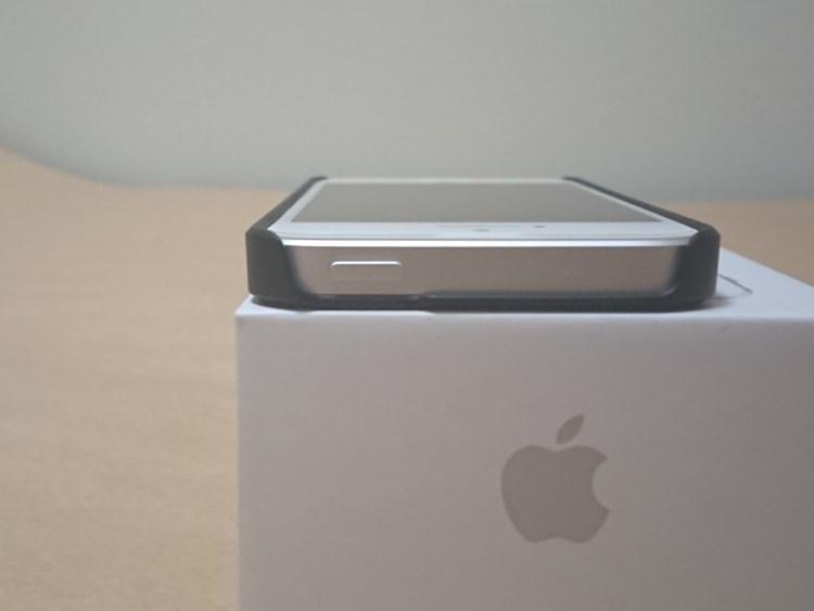 Apple iPhone SE 2017にケースを取り付けた様子(上部)