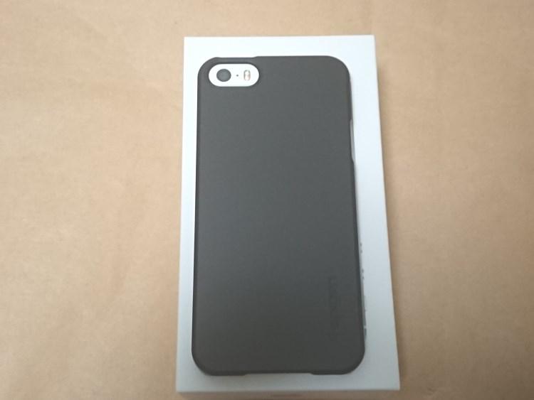 Apple iPhone SE 2017にケースを取り付けた様子(裏面)
