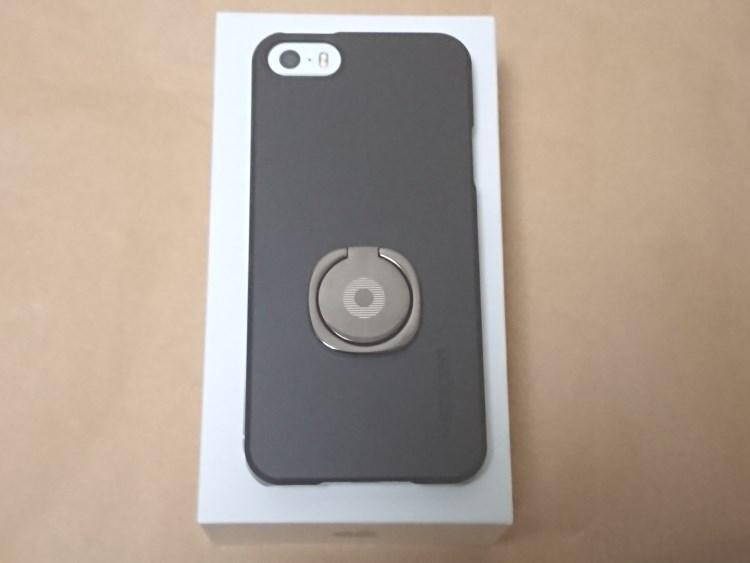 Apple iPhone SE 2017にケースとリングを取り付けた様子