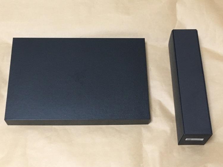 Razer Blade Stealthのパッケージから内箱を取り出した様子