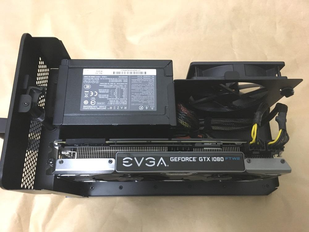 Razer Core Xにビデオカードを固定しケーブルを接続した様子