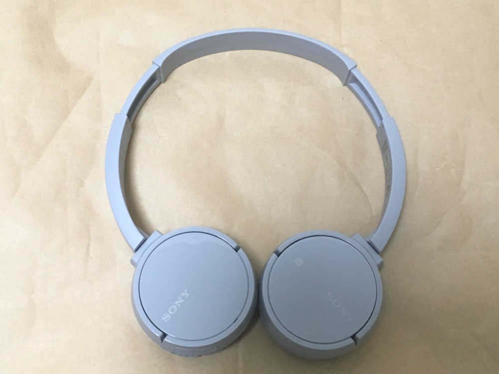 SONY WH-CH500のバンドを最大まで伸ばした様子