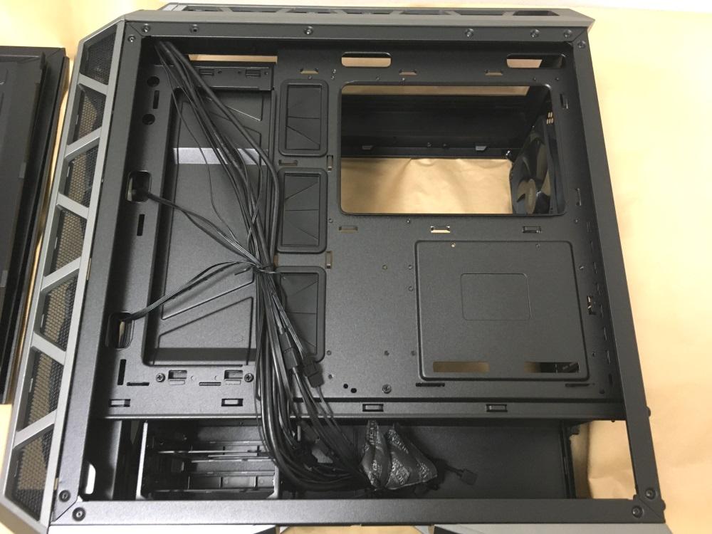 クーラーマスター MasterCase H500Pの右サイド内部(ケーブル隠しを取り外した様子)