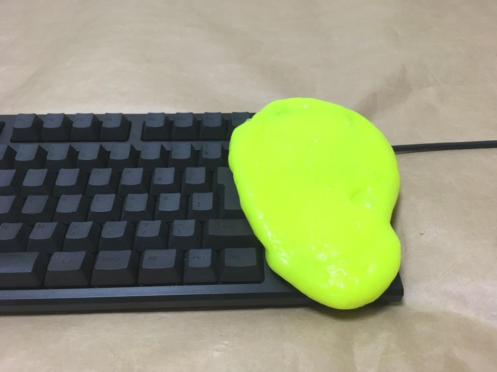 サイバークリーン Home&Officeをキーボードに押し付けた様子