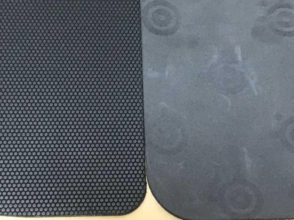 SteelSeries 9HD(左)とQCK mini(右)の裏面を比較した様子