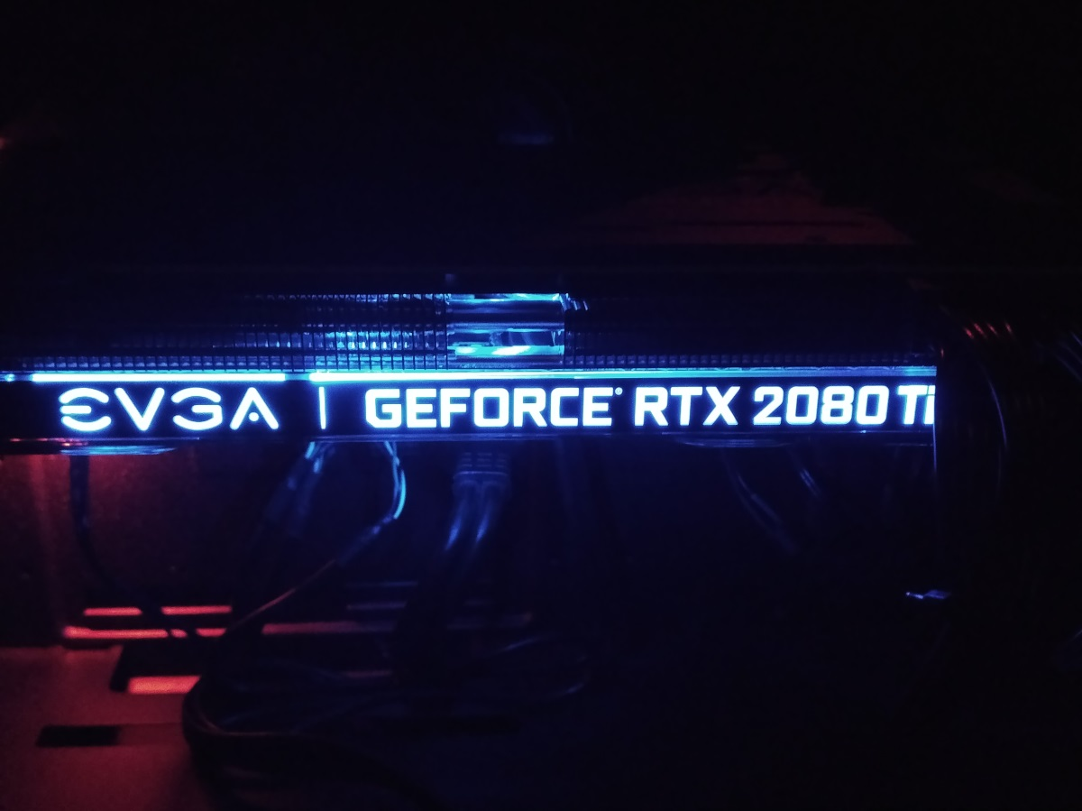 EVGA GeForce RTX 2080 Ti BLACK EDITIONを光らせた様子