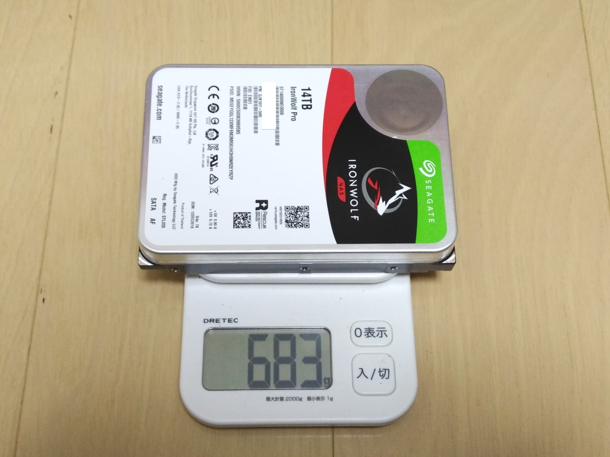 Seagate IronWolf Pro 14TB ST14000NE0008本体の重さを量った様子