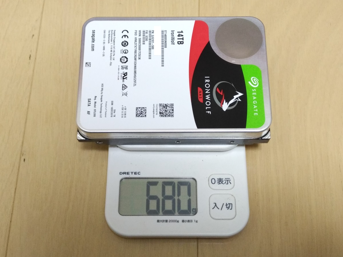 Seagate IronWolf 14TB ST14000VN0008本体の重さを量った様子