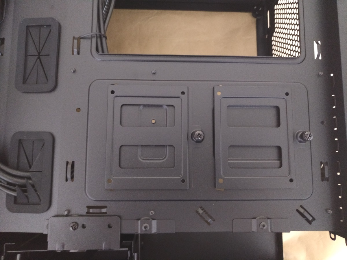 Corsair Carbide 175R RGBの2.5インチ専用ベイ