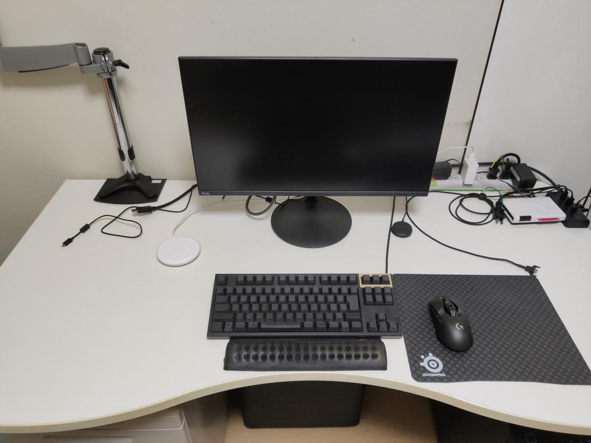 Pixio PX242を机に設置した様子