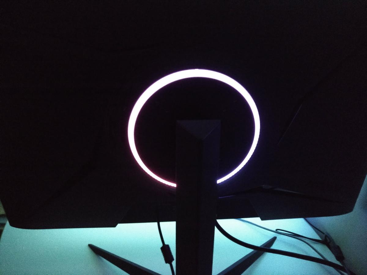 Pixio PX279RP背面のRGBリングを光らせた様子1