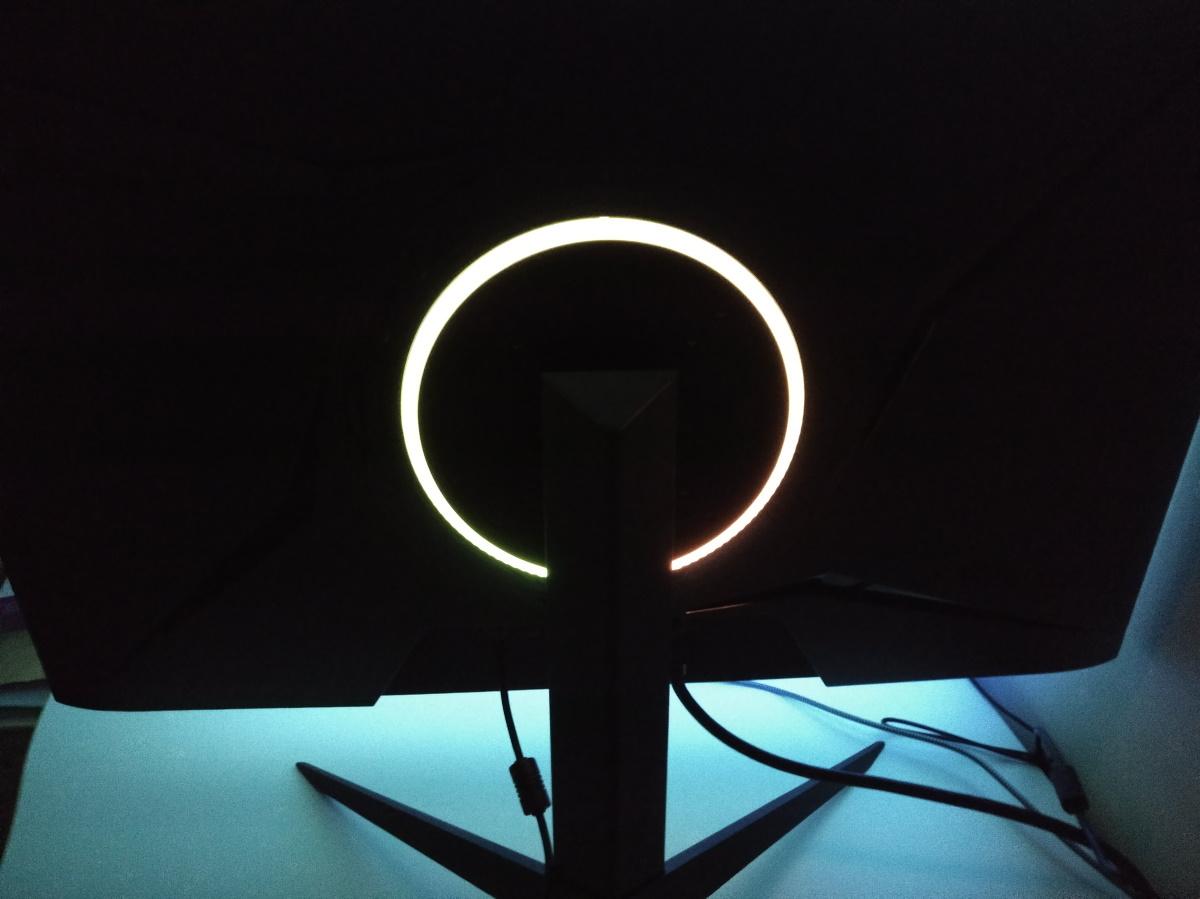 Pixio PX279RP背面のRGBリングを光らせた様子2