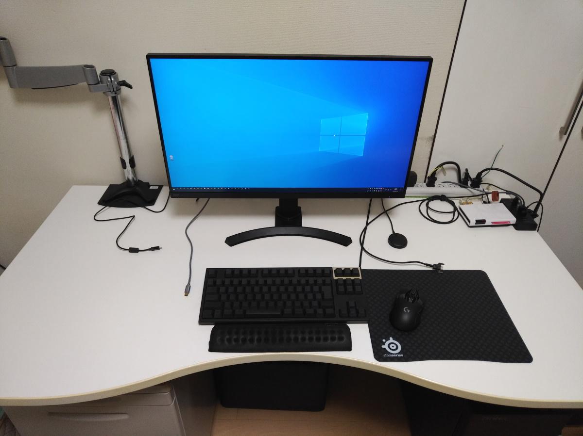 Pixio PX7 Primeを机に設置した様子