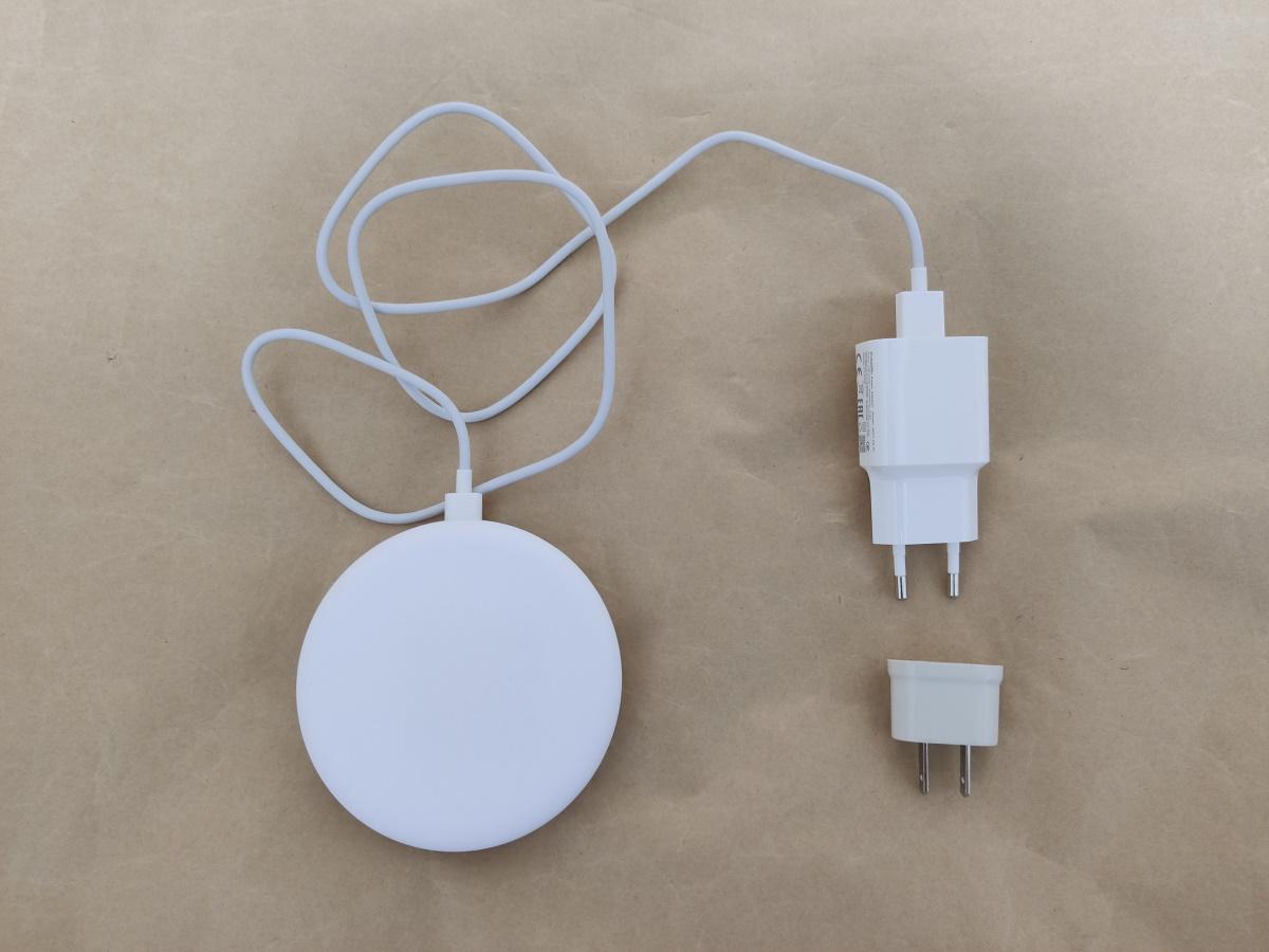 Xiaomi MDY-10-EPにUSBケーブルと有線充電器を接続した様子