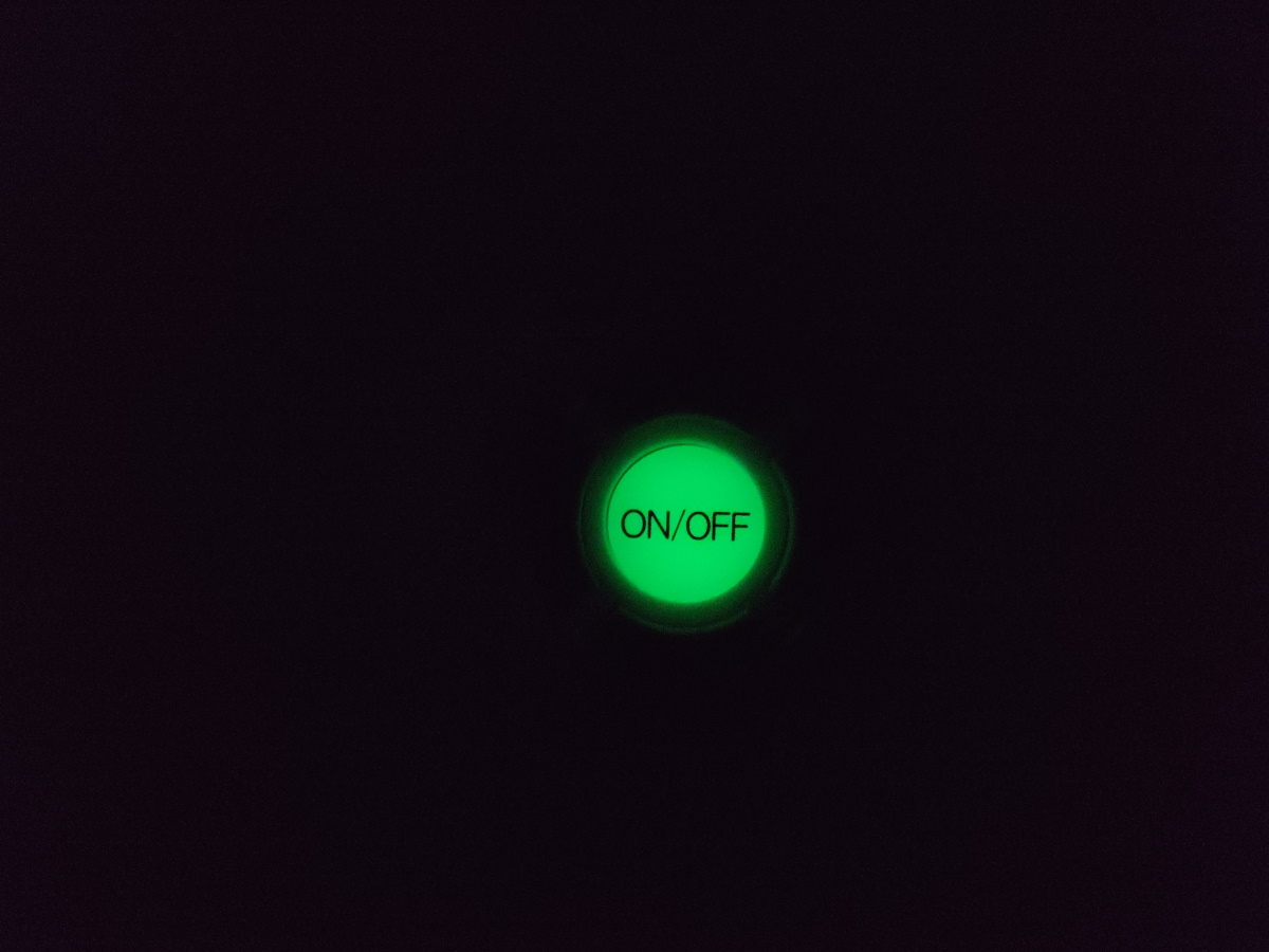 NEC LIFELED'S HLDZ08203のリモコンが夜光している様子
