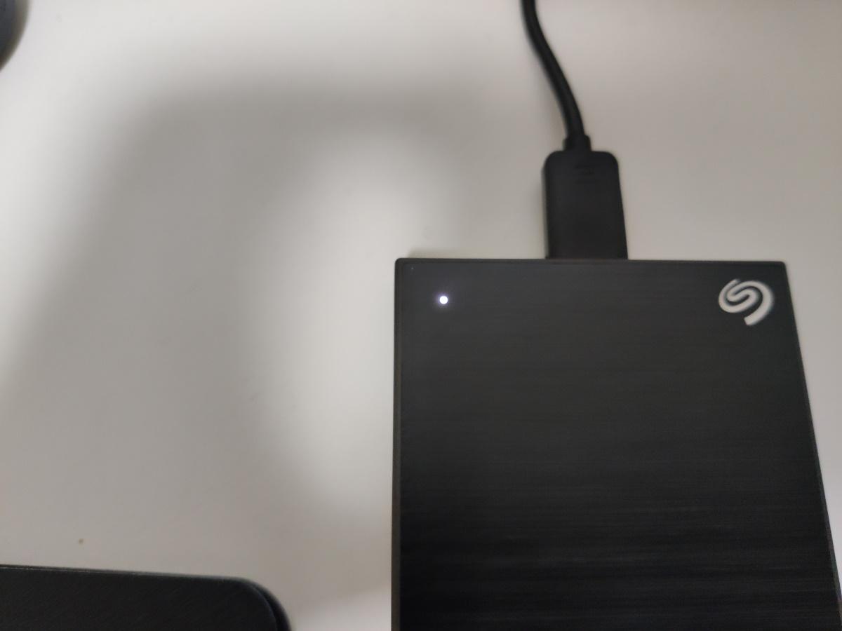 Seagate Backup Plus Slim 2TB本体左上のインジケーターが光っている様子