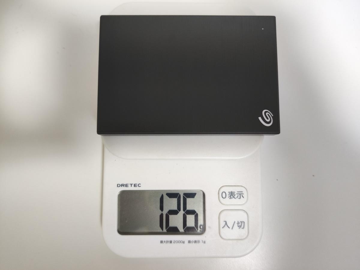 Seagate Backup Plus Slim 2TB本体の重さを計測した様子
