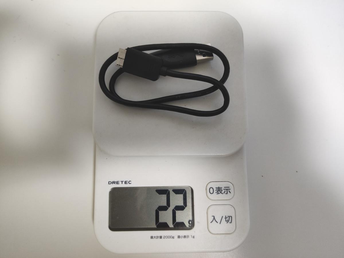 Seagate Backup Plus Slim 2TB付属USBケーブルの重さを計測した様子