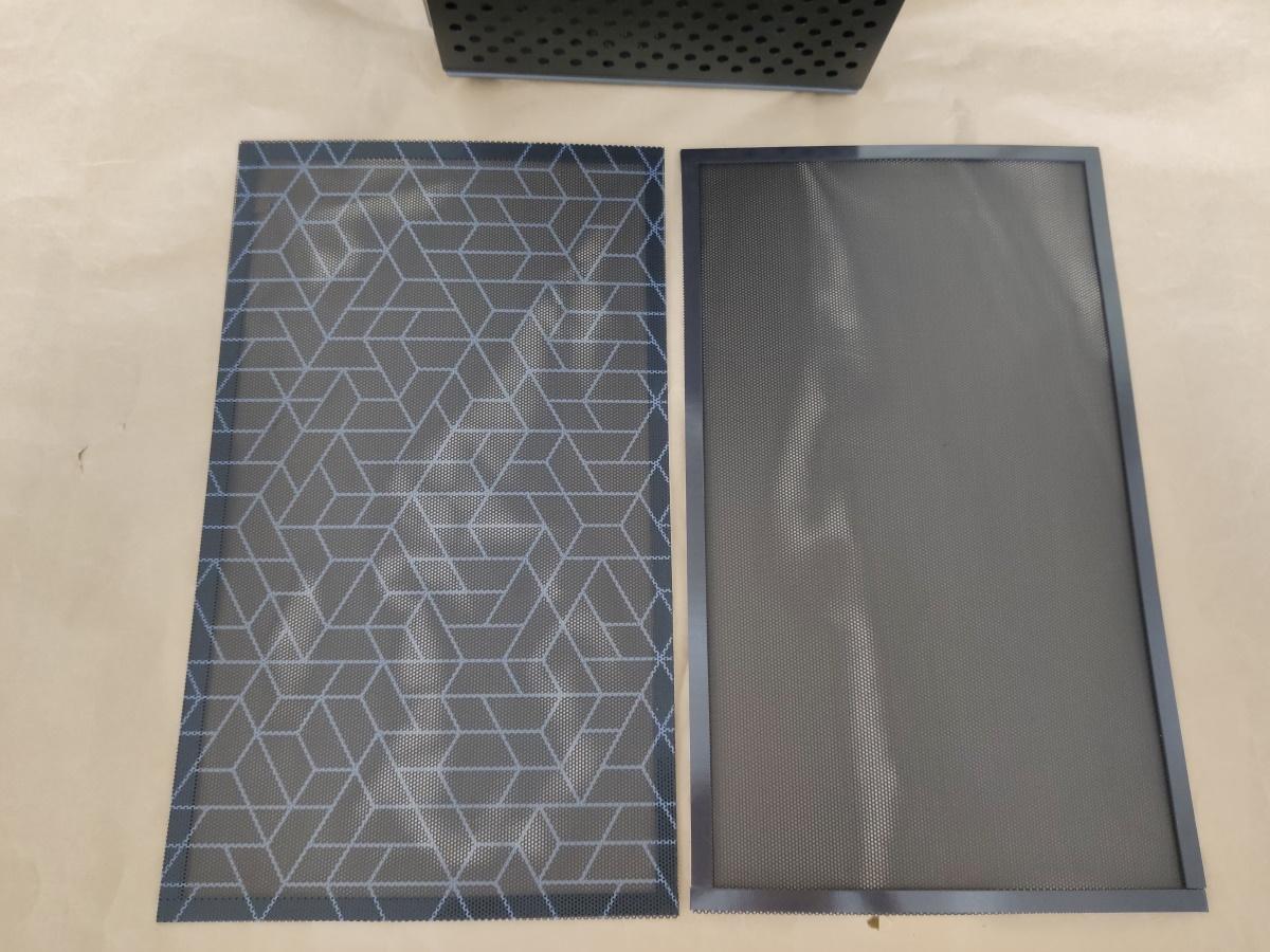 クーラーマスター MasterBox Q500Lのダストフィルターを表裏で並べた様子