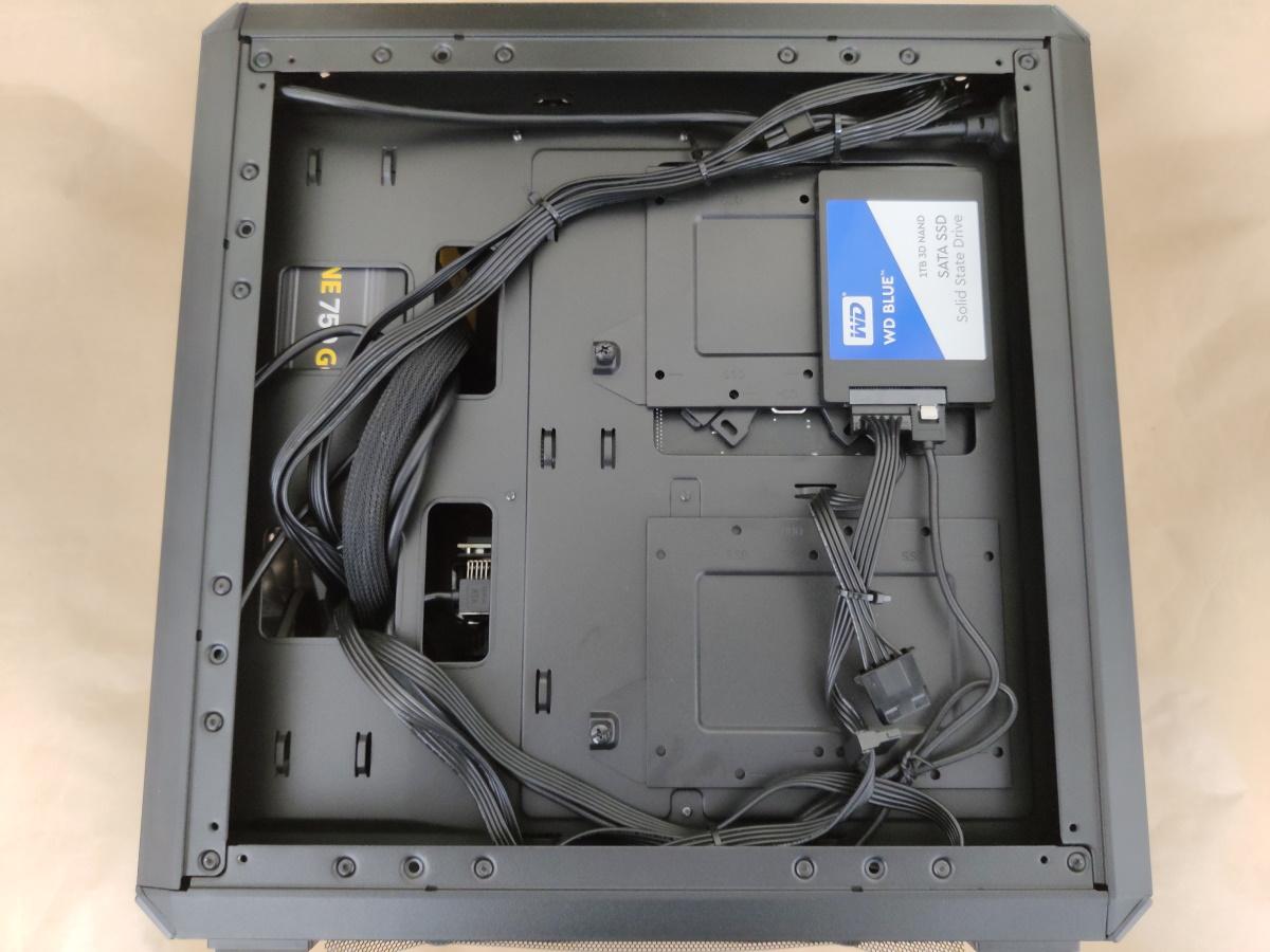 クーラーマスター MasterBox Q500LにSSDを組み込んだ様子