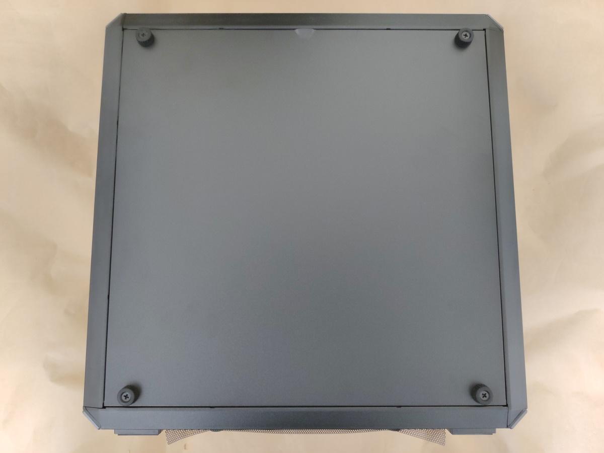 クーラーマスター MasterBox Q500LにSSDを組み込んで右サイドパネルを閉めた様子